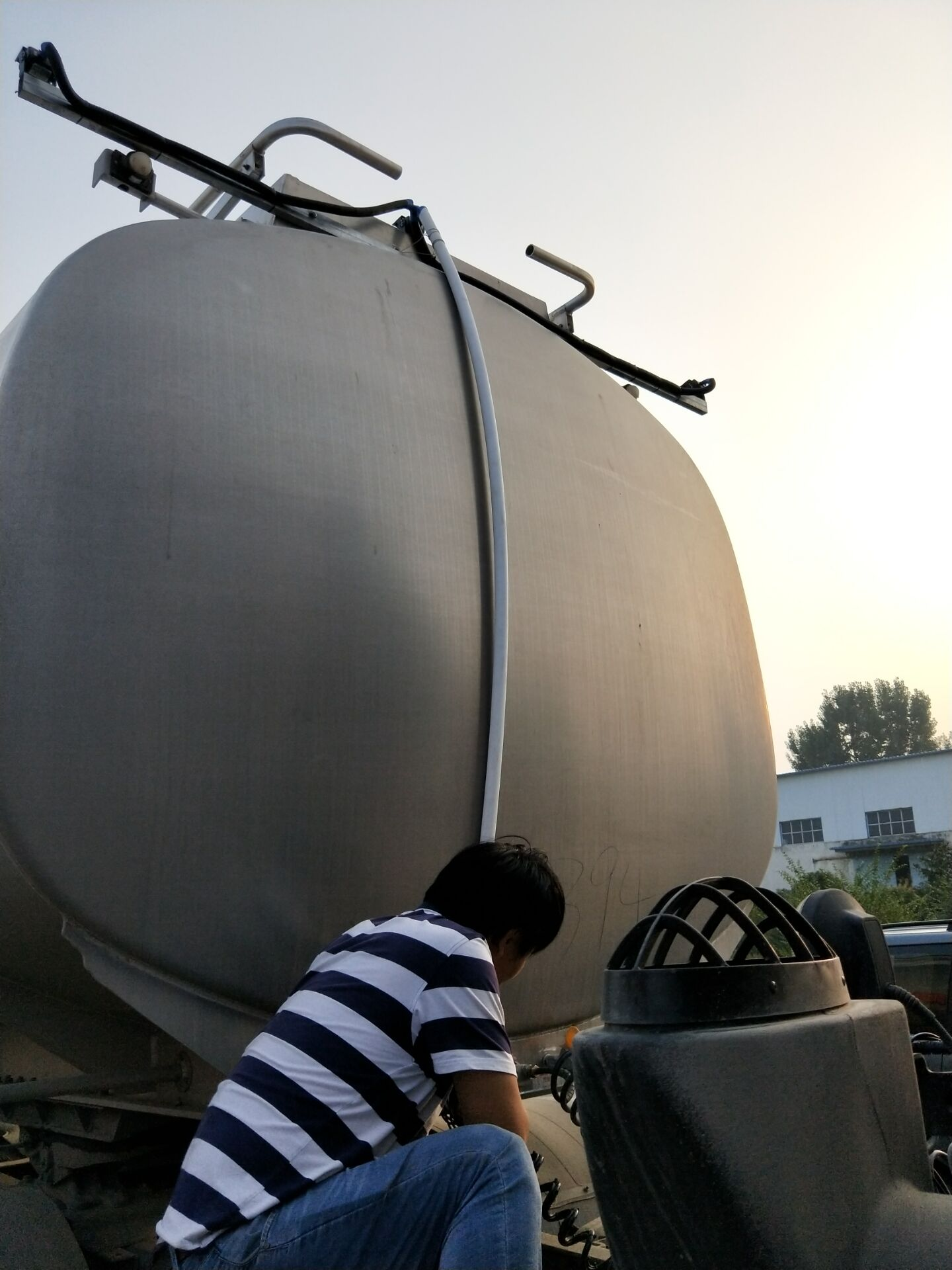 郑州好利来运输公司油罐车安装现场